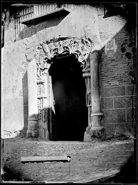 CA-0493-VI_Portada del palacio de Peromoro en la calle del Instituto, actualmente colocada en el Palacio de Justicia (antes Casa del Deán), en la plaza del Ayuntamiento