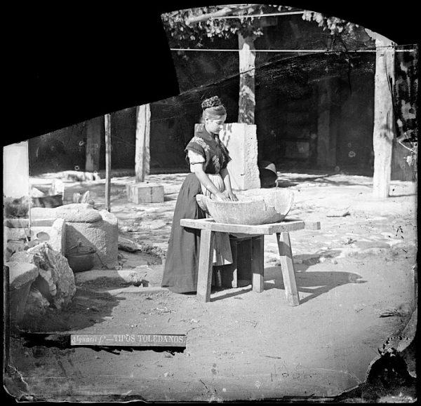 CA-0724-VI_Mujer en el patio