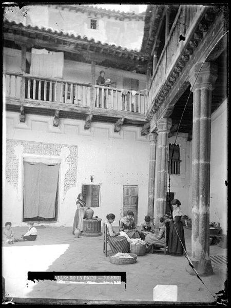 CA-0726-VI_Mujeres cosiendo en un patio de la calle de la Merced