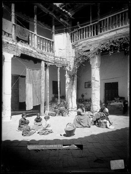 CA-0727-VI_Niñas jugando y jóvenes cosiendo en un patio de la calle de las Bulas