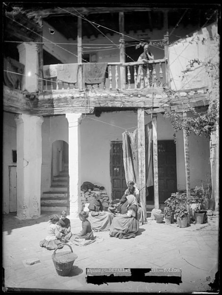 CA-0728-VI_Niñas y mujeres en un patio de la calle de las Bulas