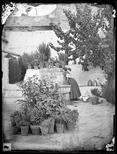 CA-0730-VI_Mujer en la fuente de un patio