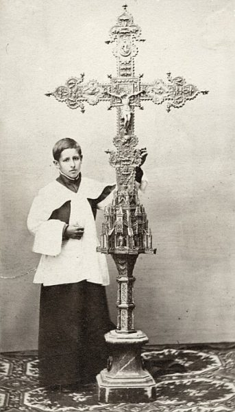 Catedral-Acólito que sostiene la Cruz de la Catedral regalada por Alfonso V de Portugal_CA-0297-PA
