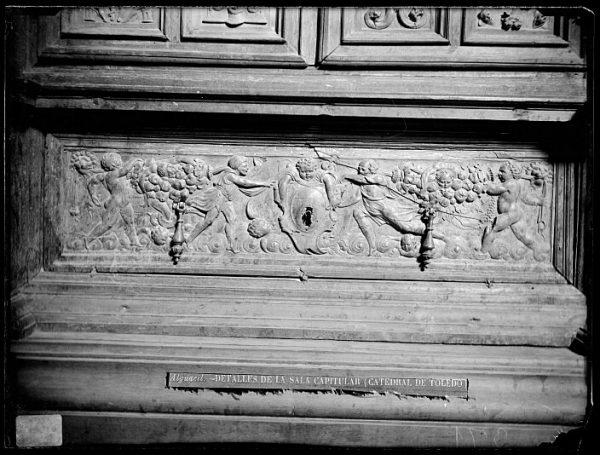 Catedral-Cajón bajo la puerta de un armario en la Antesala Capitular_CA-0252-VI