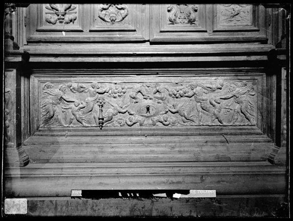 Catedral-Cajón bajo la puerta de un armario en la Antesala Capitular_CA-0253-VI