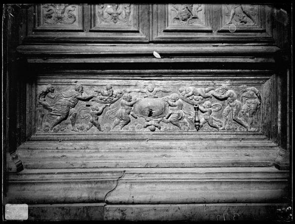 Catedral-Cajón bajo la puerta de un armario en la Antesala Capitular_CA-0254-VI