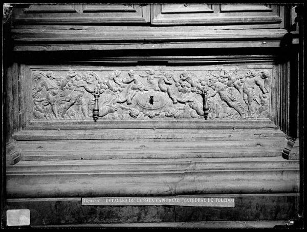 Catedral-Cajón bajo la puerta de un armario en la Antesala Capitular_CA-0255-VI