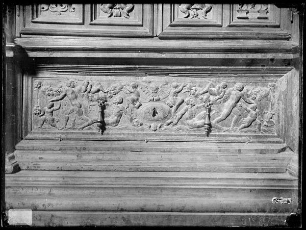 Catedral-Cajón bajo la puerta de un armario en la Antesala Capitular_CA-0260-VI