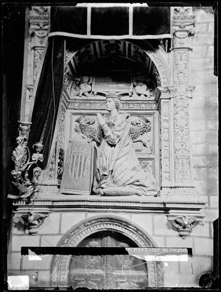 Catedral-Estatua orante de Doña Leonor de Aragón en la Capilla de Reyes Nuevos_CA-0090-VI