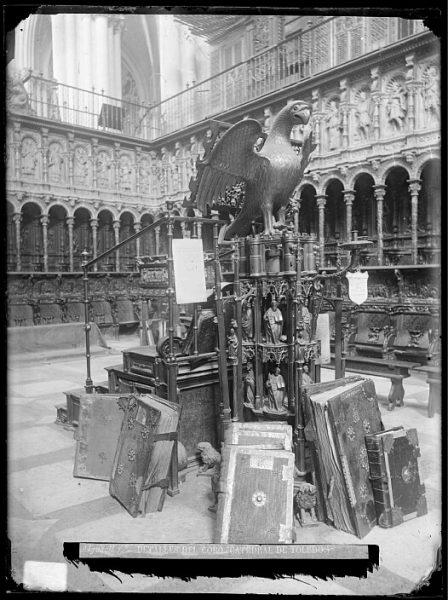 Catedral-Facistol y libros corales en el interior del coro_CA-0111-VI