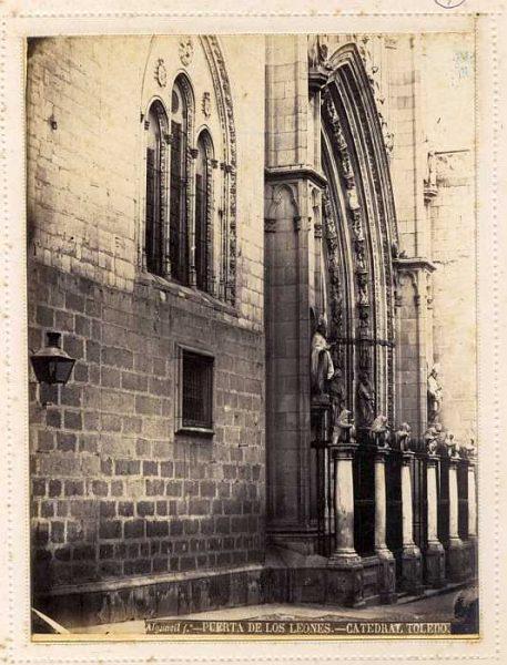 Catedral-Puerta de los Leones-Colección Luis Alba_LA-135056-PA