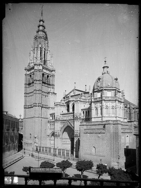Catedral-Vista de la fachada principal en la plaza del ayuntamiento_CA-0162-VI