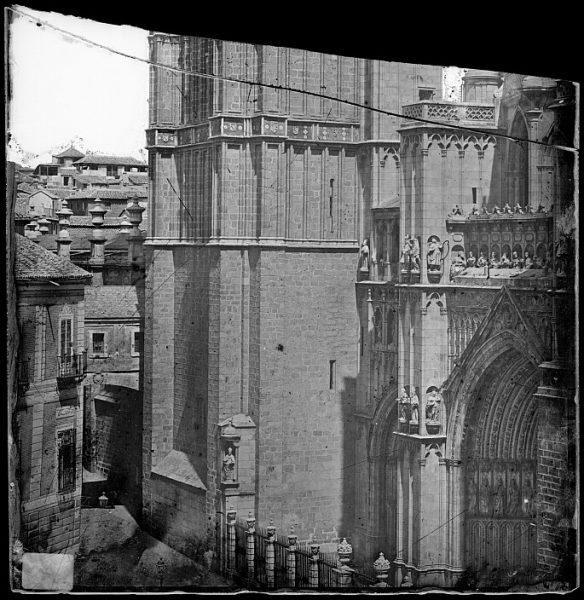 Catedral-Vista de la parte inferior de la torre en la fachada principal_CA-0165-VI