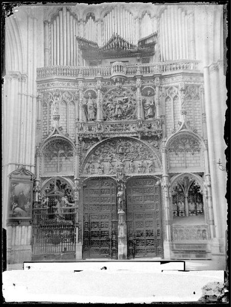 Catedral-Vista de la Puerta de los Leones desde el interior con el órgano del Emperador_CA-0197-VI