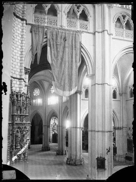 Catedral-Vista del crucero, en el lado de la Epístola, con banderas de Lepanto_CA-0170-VI