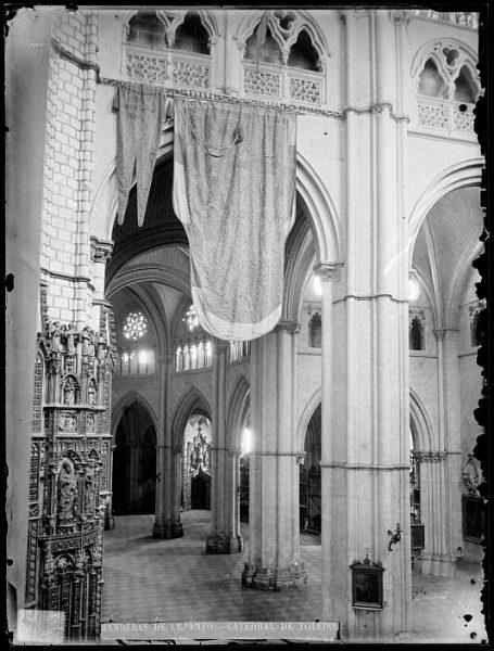 Catedral-Vista del crucero, en el lado de la Epístola, con banderas de Lepanto_CA-0174-VI