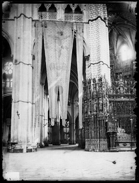 Catedral-Vista del crucero, en el lado del Evangelio, con banderas de Lepanto_CA-0175-VI
