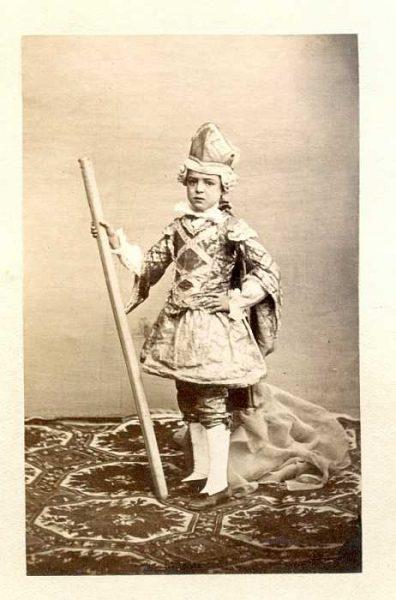 LA-1237069-PA_Niño con su vestimenta de la festividad del Corpus-Colección Luis Alba