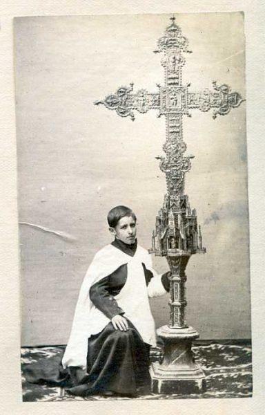 LA-1637074-PA_Acólito que sostiene la Cruz de la Catedral regalada por Alfonso V de Portugal-Colección Luis Alba