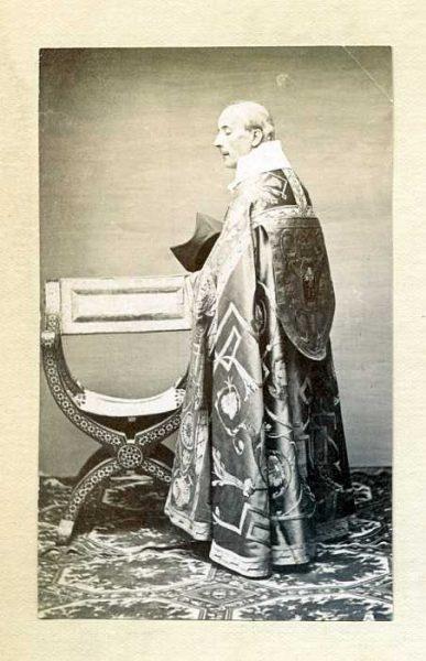LA-337060-PA_Clérigo con su vestimenta de la festividad del Corpus-Colección Luis Alba