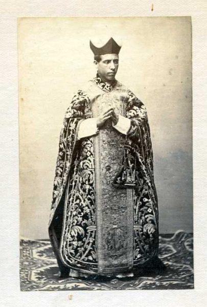 LA-437061-PA_Clérigo con su vestimenta de la festividad del Corpus-Colección Luis Alba