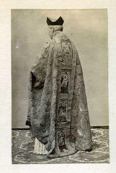 LA-537062-PA_Clérigo con su vestimenta de la festividad del Corpus-Colección Luis Alba