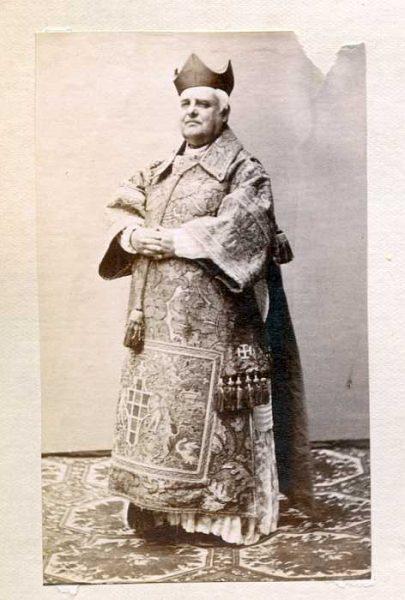 LA-637063-PA_Clérigo con su vestimenta de la festividad del Corpus-Colección Luis Alba