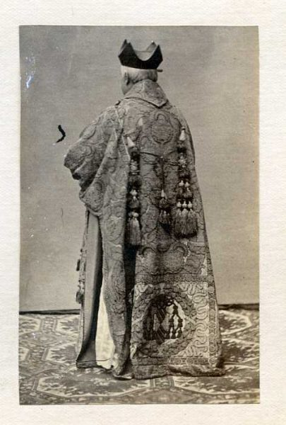 LA-737064-PA_Clérigo con su vestimenta de la festividad del Corpus-Colección Luis Alba