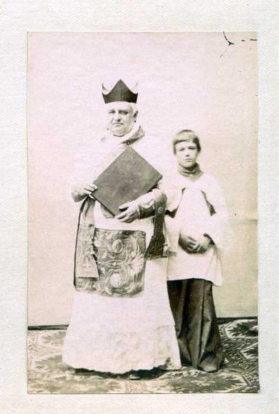LA-837065-PA_Clérigo y monaguillo con la vestimenta de la festividad del Corpus-Colección Luis Alba
