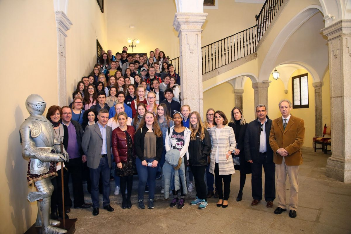 """http://www.toledo.es/wp-content/uploads/2017/03/02_erasmus-1200x800.jpg. Milagros Tolón recibe a los participantes del programa de intercambio """"Erasmus+"""", en el que participa  el """"Divina Pastora"""""""
