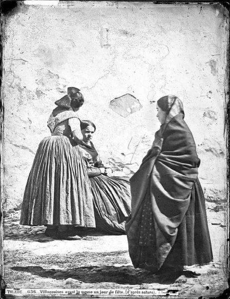 04-LAURENT - 0656 - Villageoises avant la messe un jour de fête