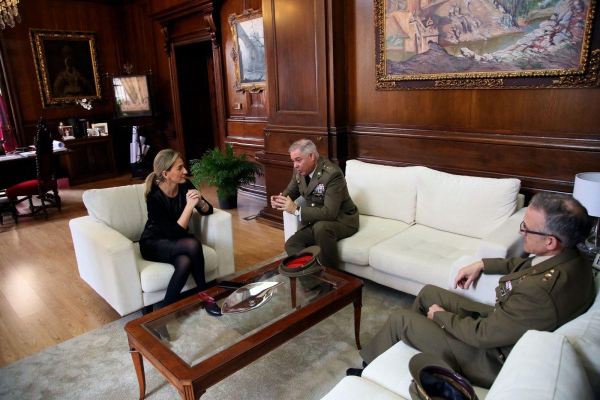 Milagros Tolón recibe en el Ayuntamiento al general de brigada Antonio Rajo, nuevo director del Museo  del Ejército
