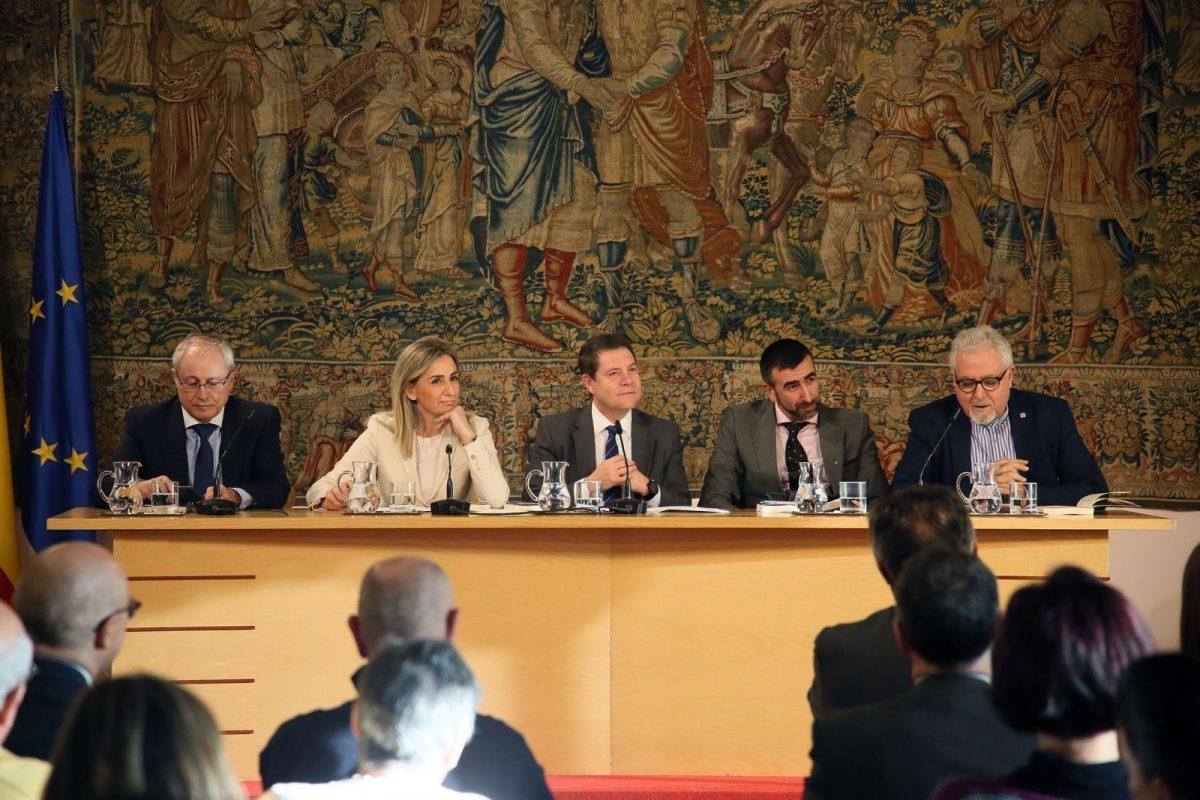 Los mitos de la cultura judía en Toledo conforman el nuevo libro de José Ignacio Carmona, que ha presentado hoy la alcaldesa