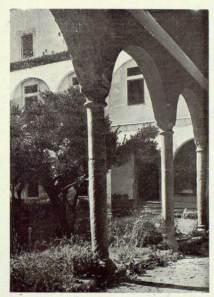 07-TRA-1922-183 - Patio del Hospital de Santa Cruz