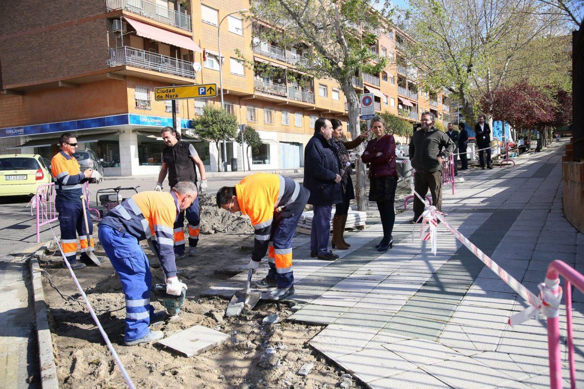 La alcaldesa visita las obras de adecentamiento del acerado que el Ayuntamiento realiza en el entorno del Parque de las Tres Culturas
