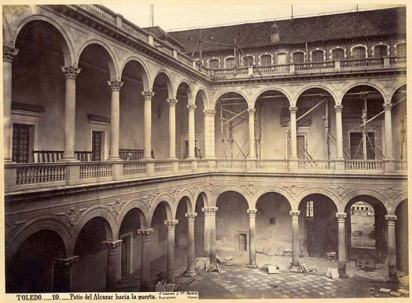 22-LAURENT - 0010 - Patio del Alcázar hacia la puerta