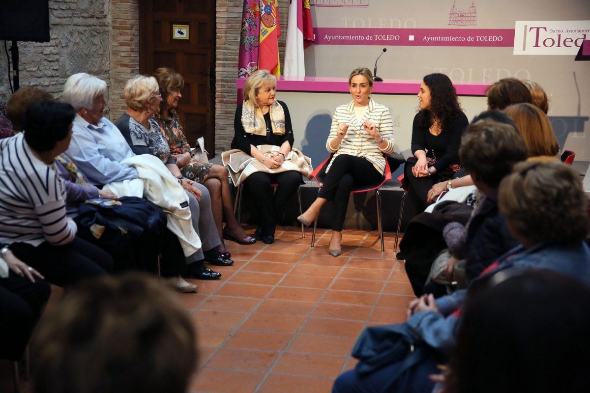 """Milagros Tolón repasa con la asociación de mujeres """"Dama"""" la situación del barrio de Santa María de Benquerencia"""