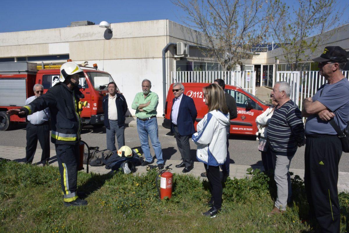 """Vecinos de """"El Tajo"""" y alumnos del Azarquiel abren los cursos sobre cómo actuar en caso de incendio que ofrecen los Bomberos"""