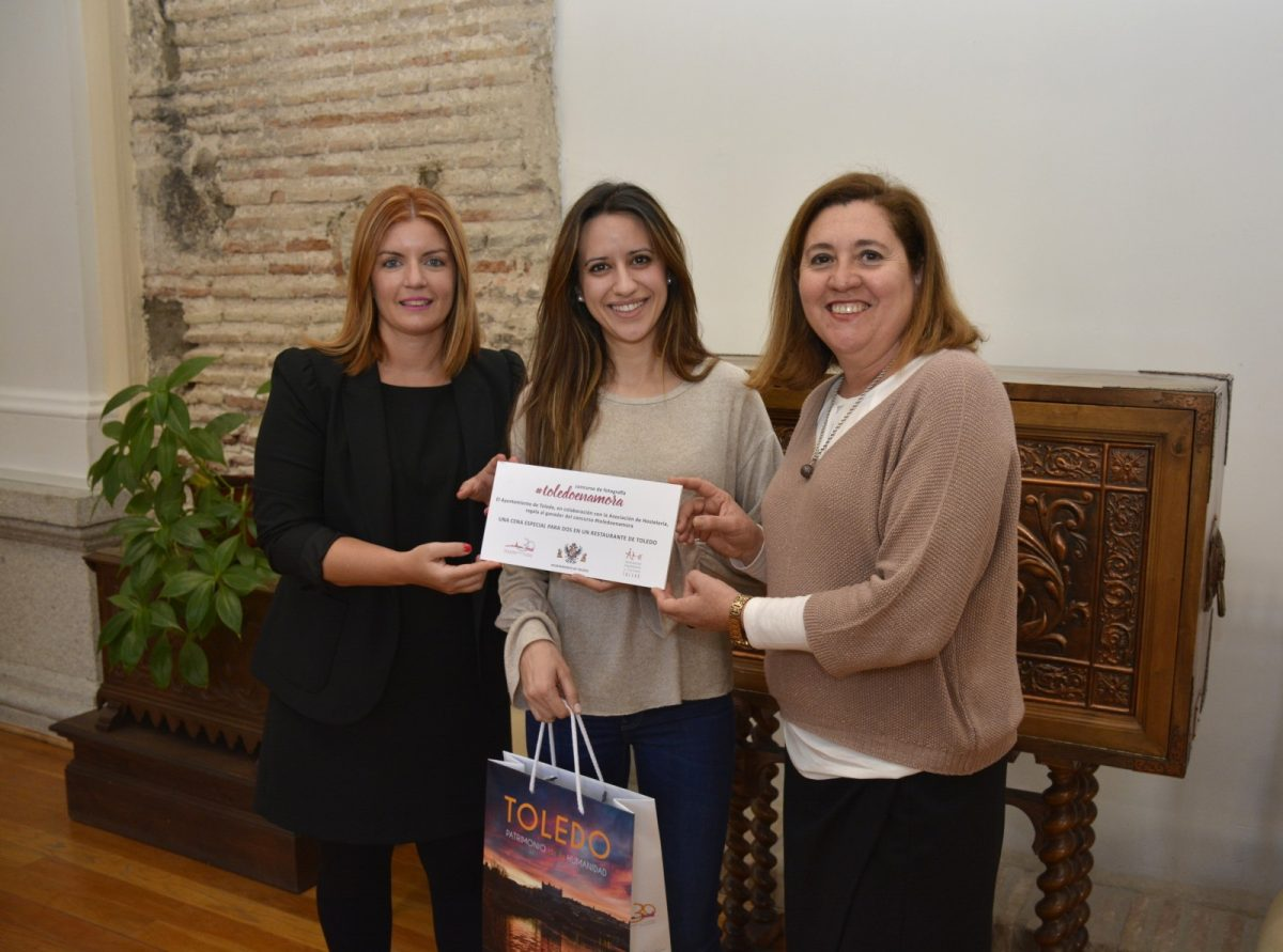 http://www.toledo.es/wp-content/uploads/2017/03/foto-1200x891.jpg. El Ayuntamiento entrega a la ganadora del primer concurso de #Toledoenamora su premio, una cena en La Fábrica de Harinas