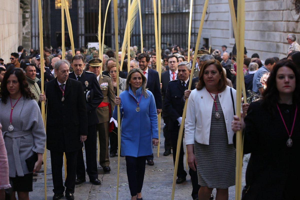 """La alcaldesa de Toledo asiste en la catedral a los actos del Domingo de Ramos, """"pórtico de la Semana Santa"""""""
