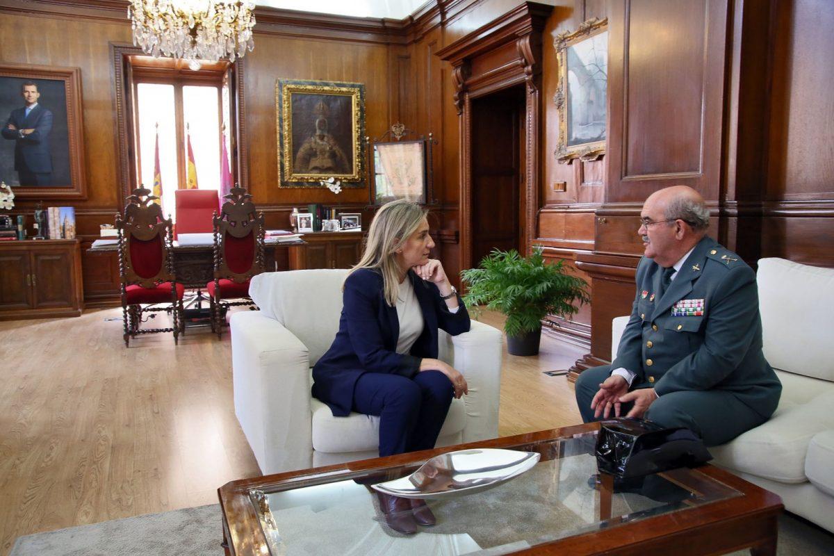 La alcaldesa recibe al general de la Guardia Civil en Castilla-La Mancha, Alfredo González, que cesa este miércoles en el cargo