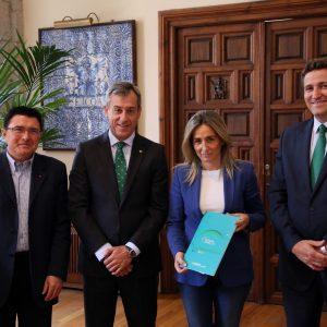 La alcaldesa recibe la Memoria Anual de Caja Rural Castilla-La Mancha y les felicita por los buenos resultados
