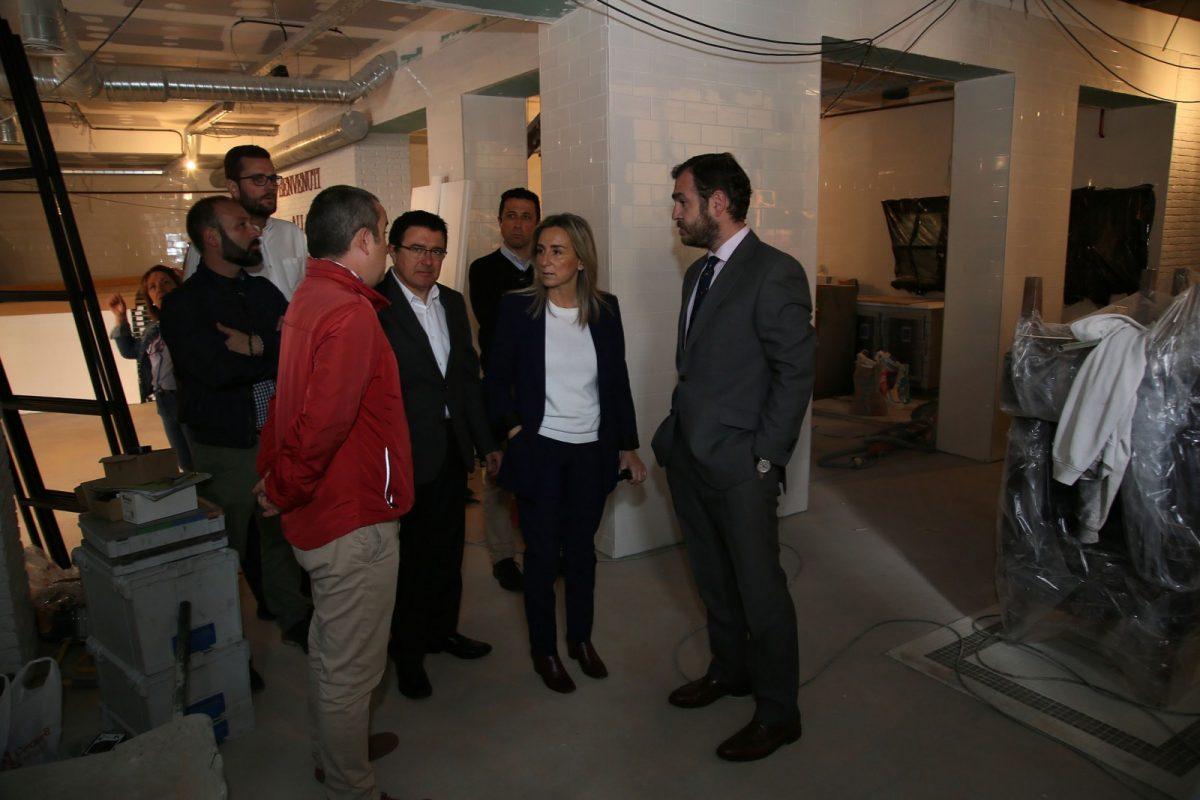 La alcaldesa visita las obras del restaurante Ginos, que próximamente abrirá sus puertas en la planta baja del Casino