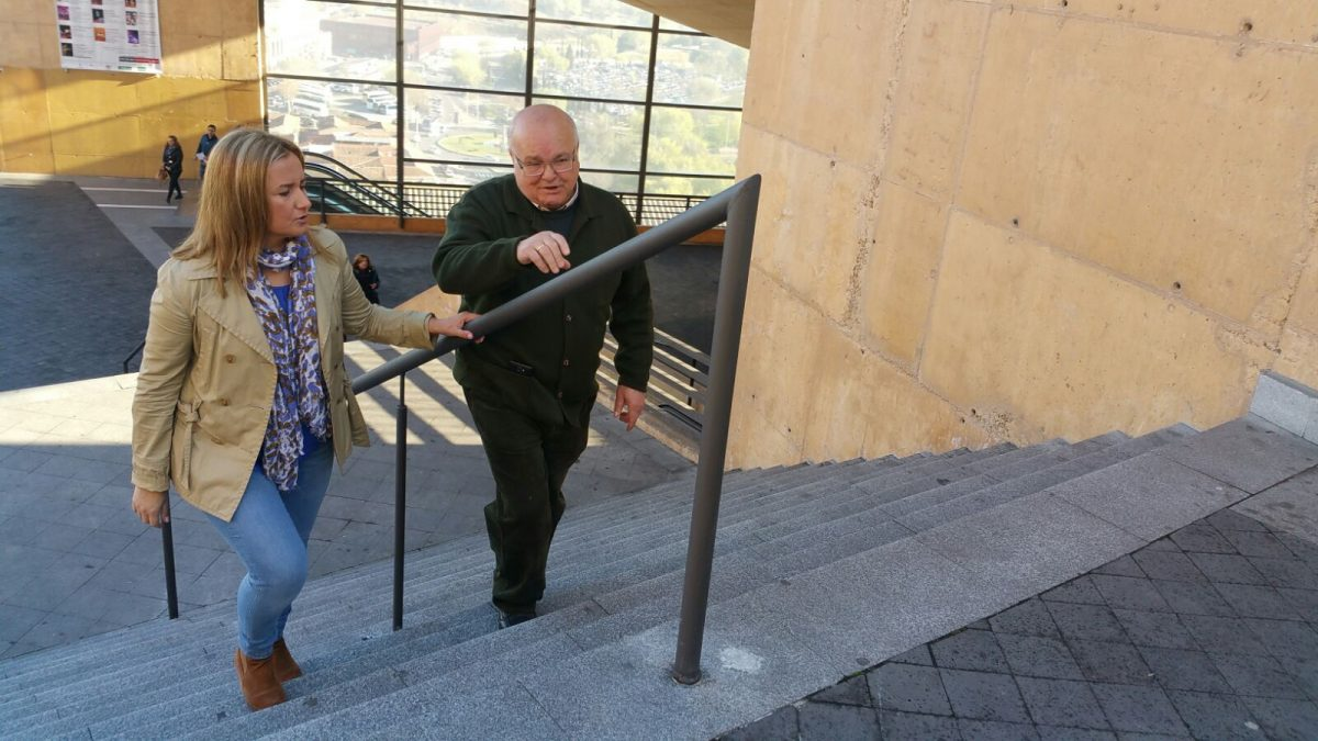 El Ayuntamiento instala dos barandillas en las escaleras del Miradero para facilitar el apoyo y sujeción a personas mayores