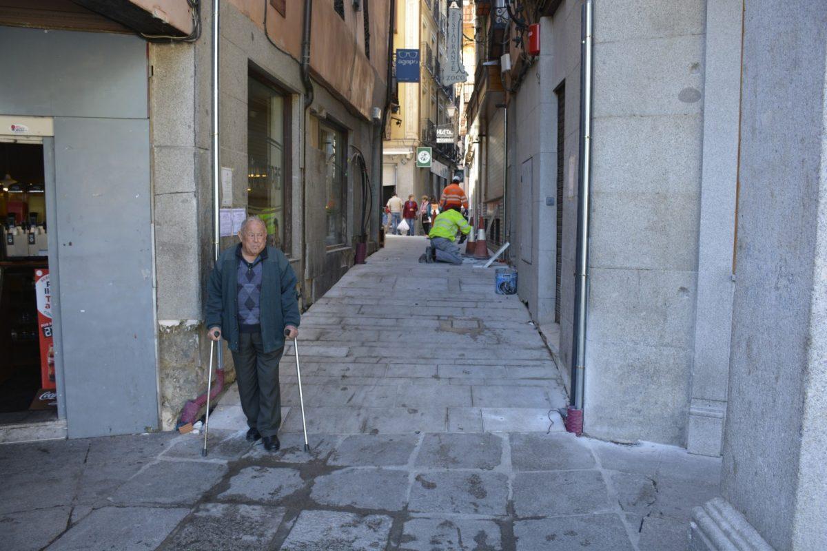 Continúan las obras rehabilitación en la plaza de Barrio Rey tras la apertura a los peatones de las calles aledañas
