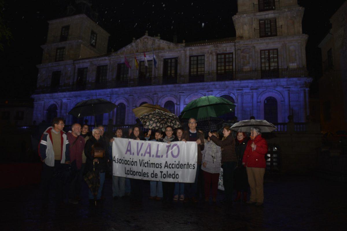 El Ayuntamiento ilumina de azul su fachada para respaldar el Día Internacional de la Salud y Seguridad Laboral