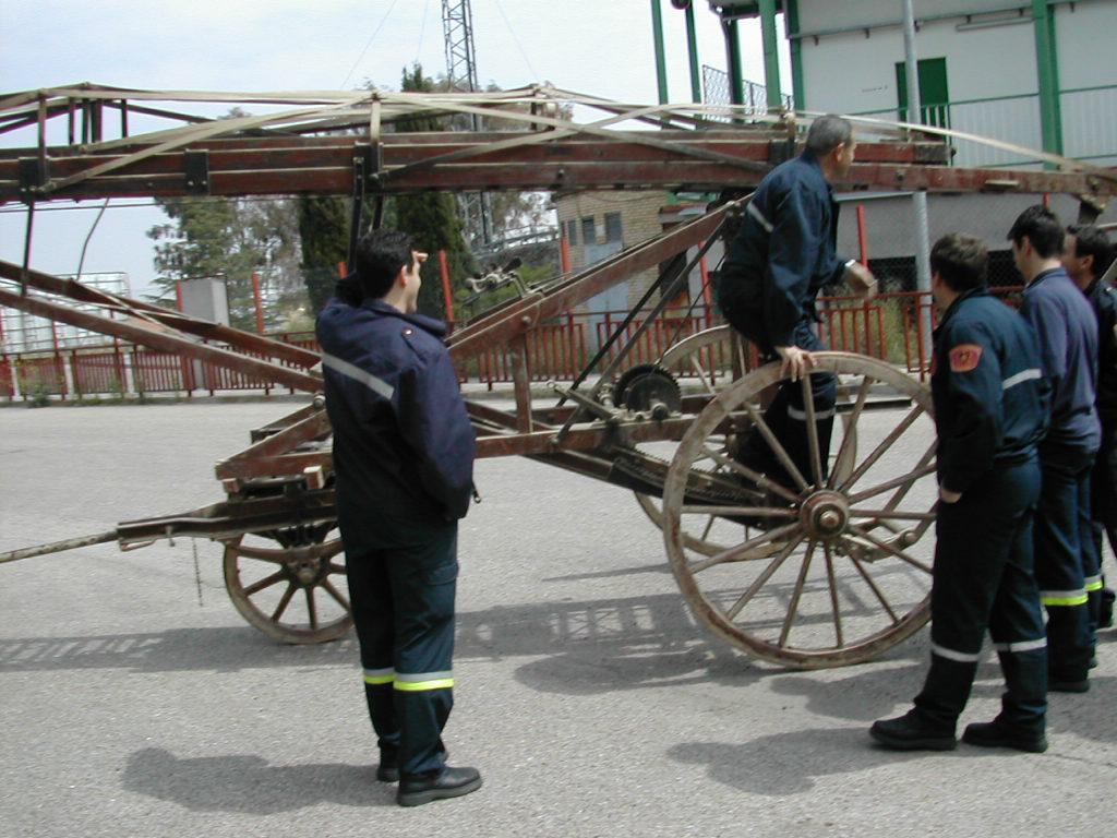 Escala Magirus 1904. Bomberos de Toledo. Turno 3, guardándola en el Parque de Bomberos