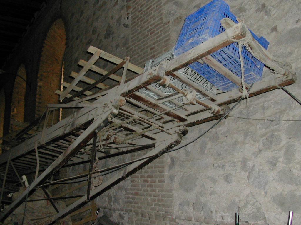 Escala Magirus 1904. Bomberos de Toledo. Almacén del Cementerio. 12-04-2002