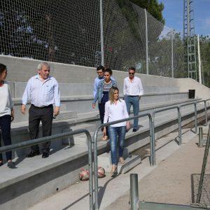 La alcaldesa visita el nuevo graderío del campo de fútbol anexo y anuncia la mejora de la entrada al complejo del Salto del Caballo
