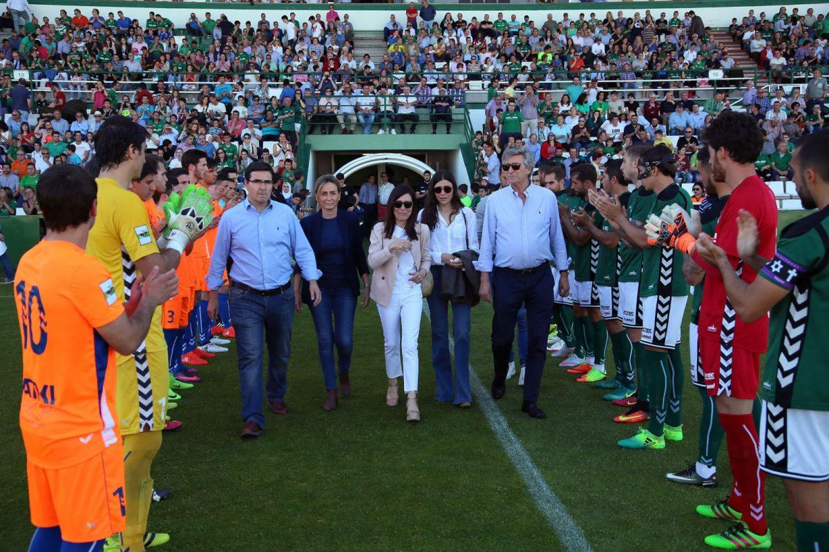 La alcaldesa participa en el homenaje del CD Toledo al jugador juvenil Jacobo Aragón, fallecido el pasado mes de abril